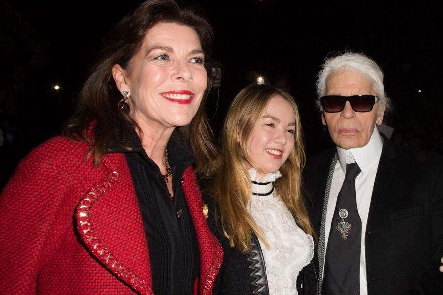 Les princesses Caroline et Alexandra de Hanovre avec Karl Lagerfeld au défilé Chanel à Rome, le 1er décembre 2015