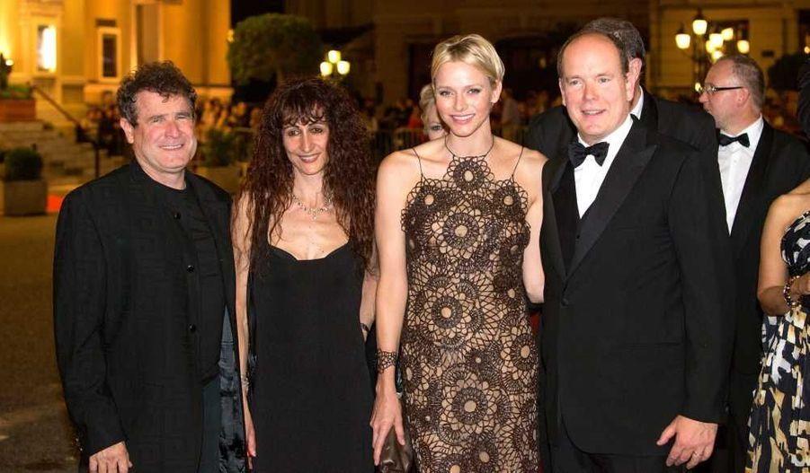 Une prestigieuse soirée de gala South Africa Night a eu lieu samedi soir à Monte-Carlo dans le cadre de l'évènement A Touch Of Africa, qui se déroule du 29 septembre au 6 octobre et met à l'honneur la gastronomie sud-africaine, pays d'origine de la princesse Charlene. Cette dernière et le Prince Albert II se sont bien évidemment joints à l'événement, ainsi que le chanteur sud-africain Johnny Clegg (sur la photo avec sa femme), qui a donné un concert privé dans la Salle Garnier de l'Opéra.
