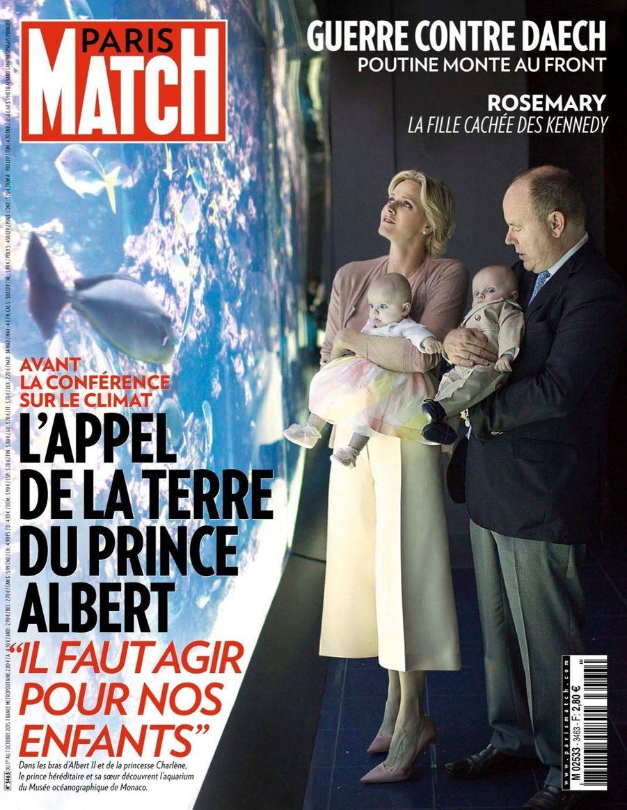 Gabriella et Jacques dans les bras de leurs parents au Musée océanographique de Monaco, en octobre 2015