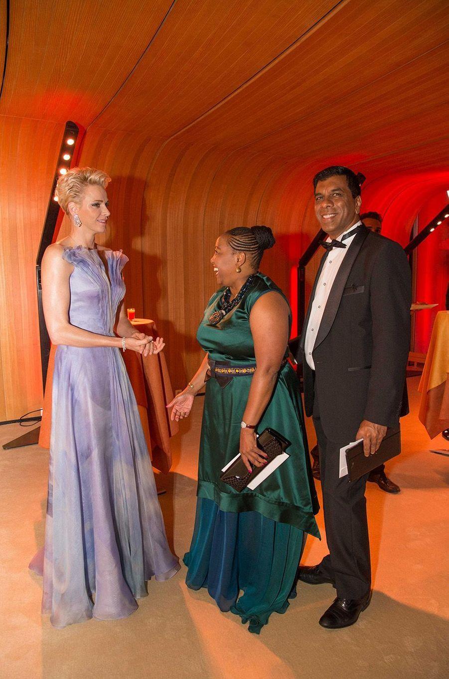 Charlène de Monaco avec Constance Motshumi et Derick Naidoo, au 68e gala de la Croix-Rouge à Monaco, le 23 juillet 2016.