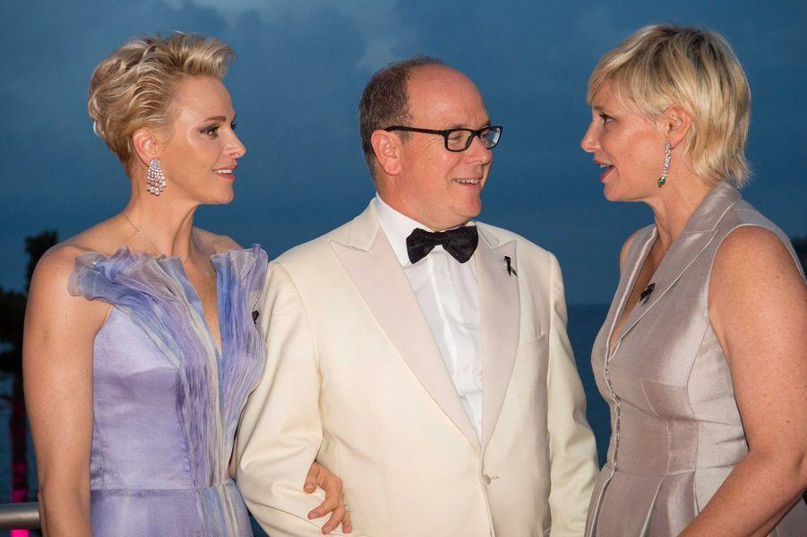 Charlène et Albert de Monaco avec Maïtena Biraben, au 68e gala de la Croix-Rouge à Monaco, le 23 juillet 2016.