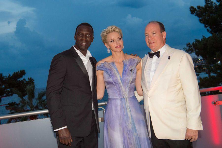 Charlène et Albert de Monaco avec Omar Sy, au 68e gala de la Croix-Rouge à Monaco, le 23 juillet 2016.