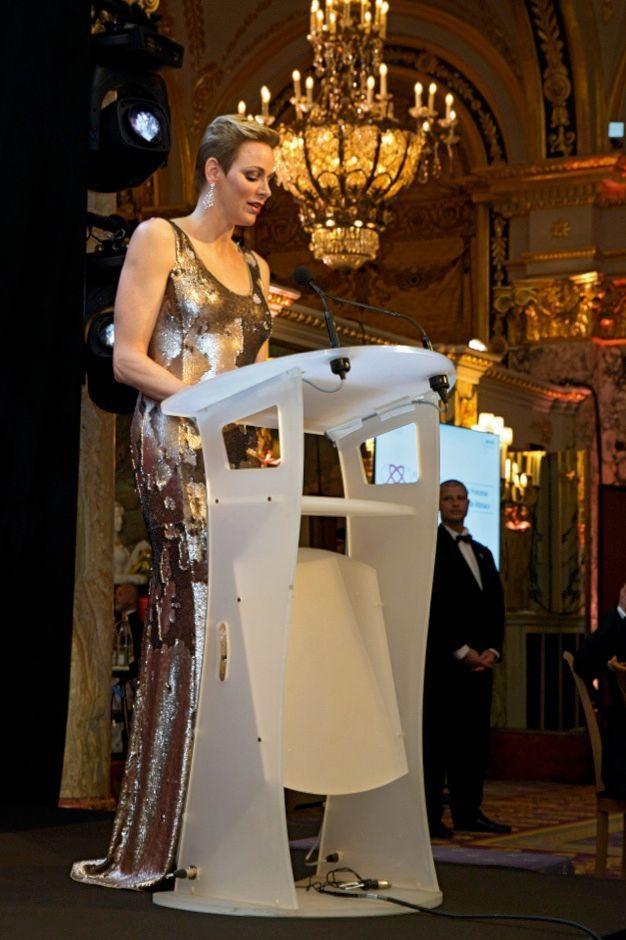 Charlène en robe Akris, maîtresse de cérémonie. La soirée de gala de l'AMREF Flying Doctors, première ONG de santé publique en Afrique, est donnée en partenariat avec sa fondation. A l'hôtel de Paris, à Monaco, le 24 février.