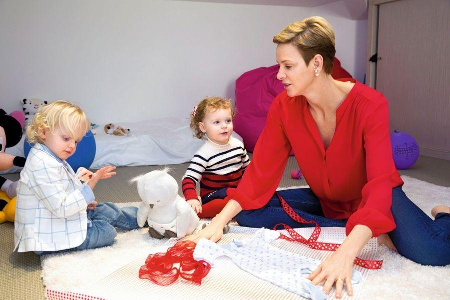 Jacques et Gabriella préparent avec leur maman un cadeau pour le bébé de leurs cousins Pierre et Beatrice Casiraghi qui doit bientôt naître.