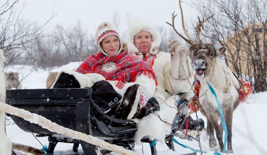 """Au lendemain du Bal de la Rose, Albert et Charlène ont pris la direction de la Laponie. A l'occasion de leur voyage dans le grand nord arctique, au """"pays du père noël"""" comme on le surnomme, le prince et sa princesse s'intéresseront """"aux changements climatiques auxquelles sont confrontées les populations autochtones des pays riverains de l'Arctique, dont la principale activité reste l'élevage de rennes"""", selon un communiqué du palais."""