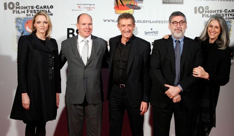 Le prince Albert II of Monaco et sa fiancée Charlene Wittstock posent en compagnie du president du 10e Monte-Carlo Film Festival Ezio Greggio, le réalisateur américain John Landis et son épouse Deborah Nadoolman Landis.