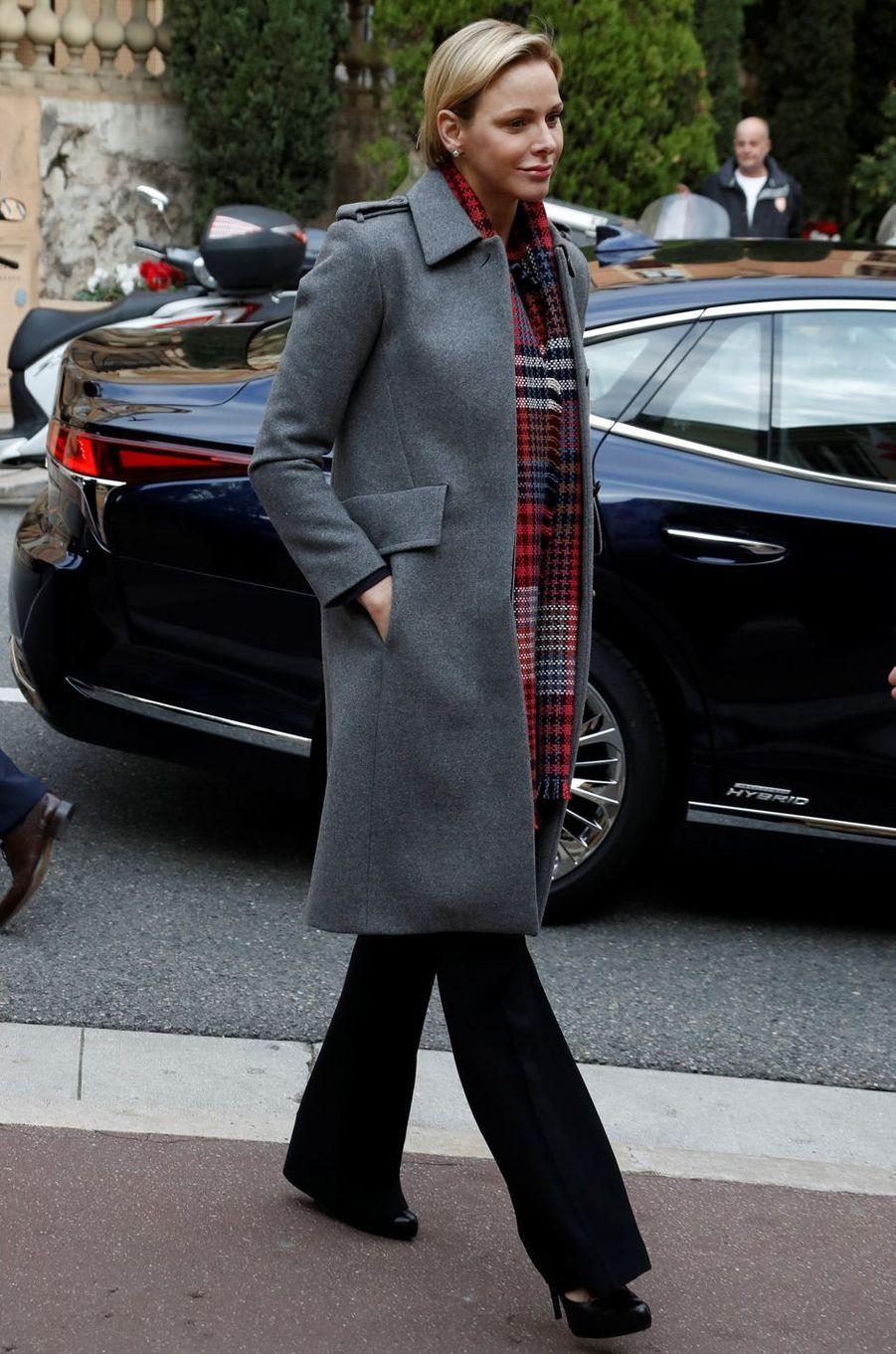 La princesse Charlène de Monaco dans un manteau gris à Monaco, le 13 décembre 2018