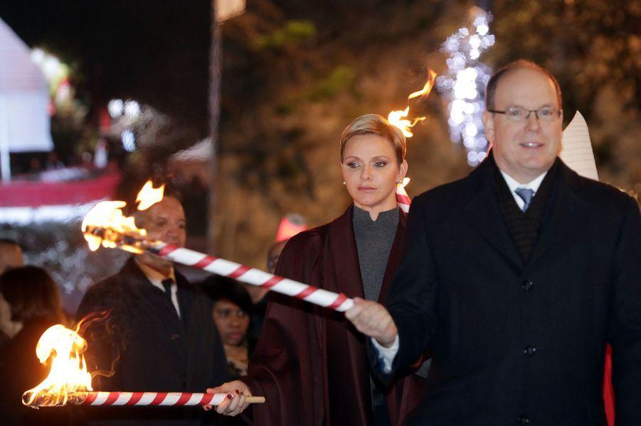 La princesse Charlène et le prince Albert II de Monaco embrasent la barque de Sainte-Dévote à Monaco, le 26 janvier 2017