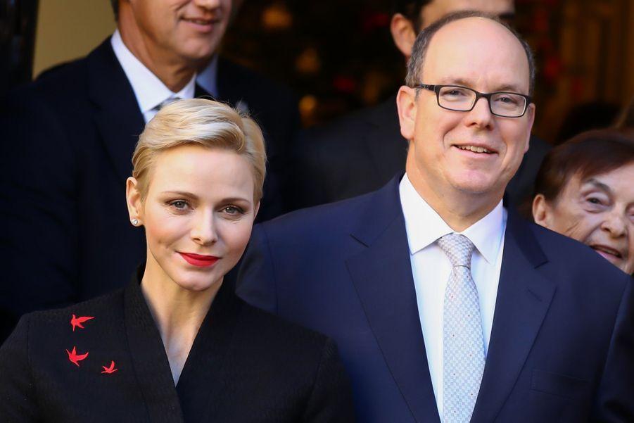 Charlène De Monaco Et Le Prince Albert Offrent Des Cadeaux De Noël Aux Personnes Âgées De La Principauté 10