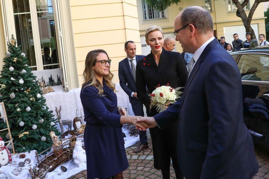 Charlène De Monaco Et Le Prince Albert Offrent Des Cadeaux De Noël Aux Personnes Âgées De La Principauté 3