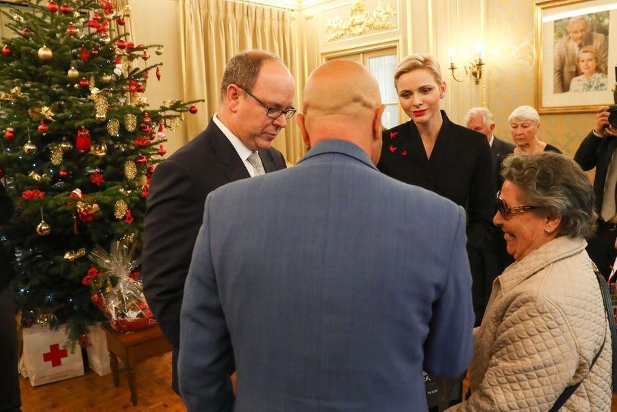 Charlène De Monaco Et Le Prince Albert Offrent Des Cadeaux De Noël Aux Personnes Âgées De La Principauté 5