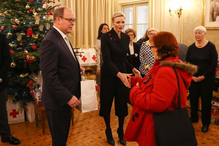 Charlène De Monaco Et Le Prince Albert Offrent Des Cadeaux De Noël Aux Personnes Âgées De La Principauté 6
