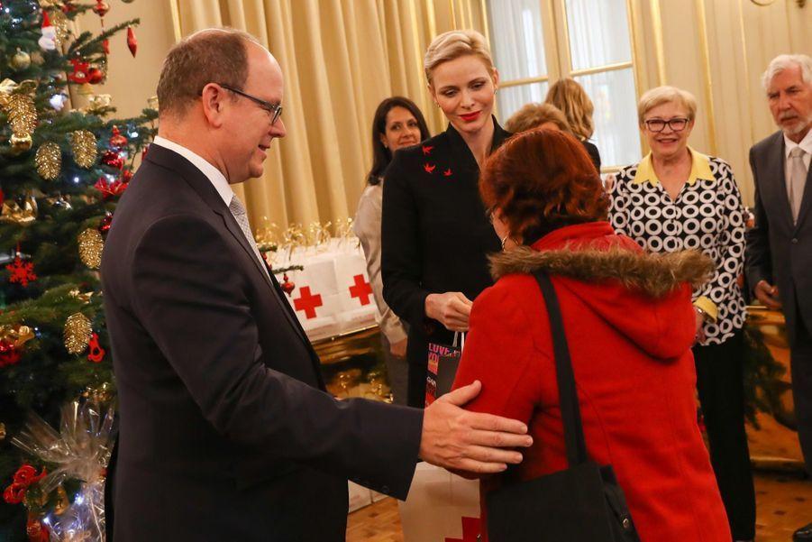 Charlène De Monaco Et Le Prince Albert Offrent Des Cadeaux De Noël Aux Personnes Âgées De La Principauté 7
