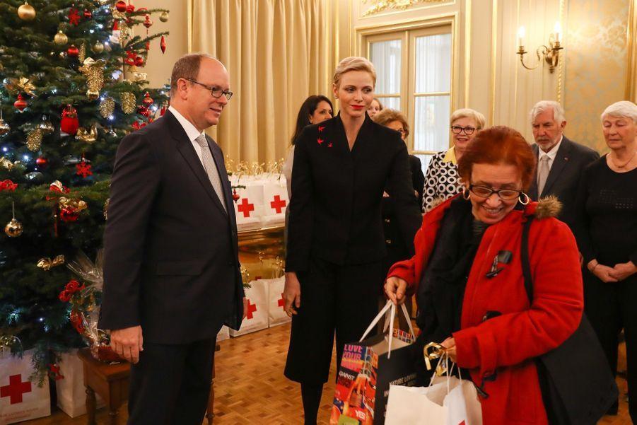 Charlène De Monaco Et Le Prince Albert Offrent Des Cadeaux De Noël Aux Personnes Âgées De La Principauté 8