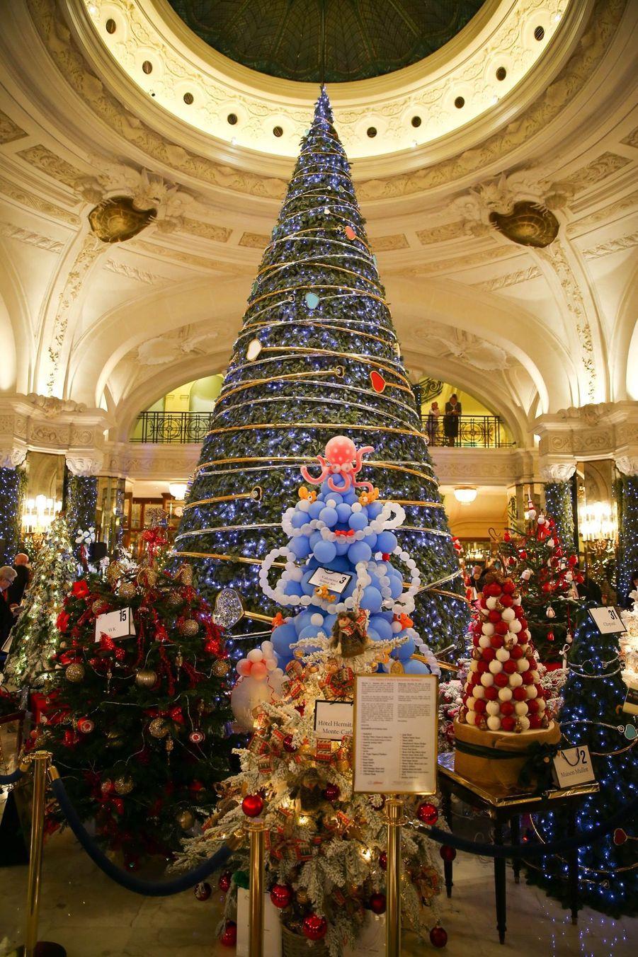 Le Prince Albert De Monaco Lors De La Traditionnelle Vente Aux Enchères De Sapins De Noël 4