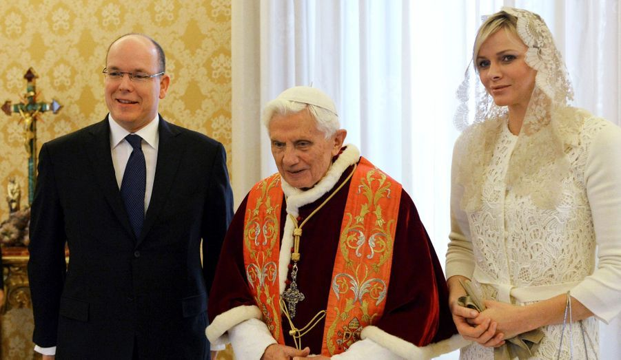"""Le couple princier de Monaco a été reçu en audience privée par Benoit XVI samedi 12 janvier. """"Cette audience papale revêt une importance particulière pour le Couple princier, S.A.S. la Princesse Charlène rencontrant à cette occasion le Souverain Pontife pour la première fois"""", soulignait le palais dans un communiqué avant la rencontre. Ce n'était en revanche pas la première fois pour Albert, qui avait déjà été reçu par Benoit XVI en 2005 et 2009, et avant cela par Jean-Paul II en 1997."""