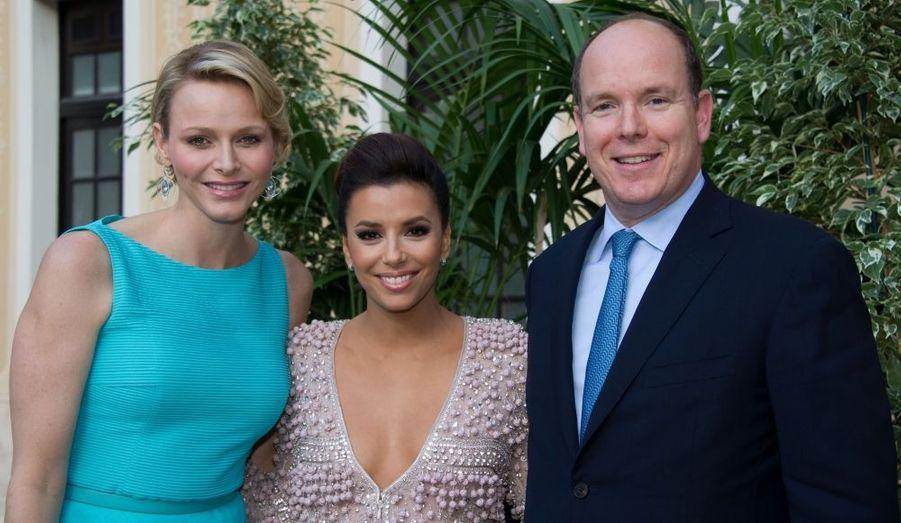 Comme chaque année, la principauté a acceuilli les stars du petit écran à l'occasion du Festival de télévision de Monaco. Et Charlène et Albert les ont évidemment conviées à un cocktail au Palais...