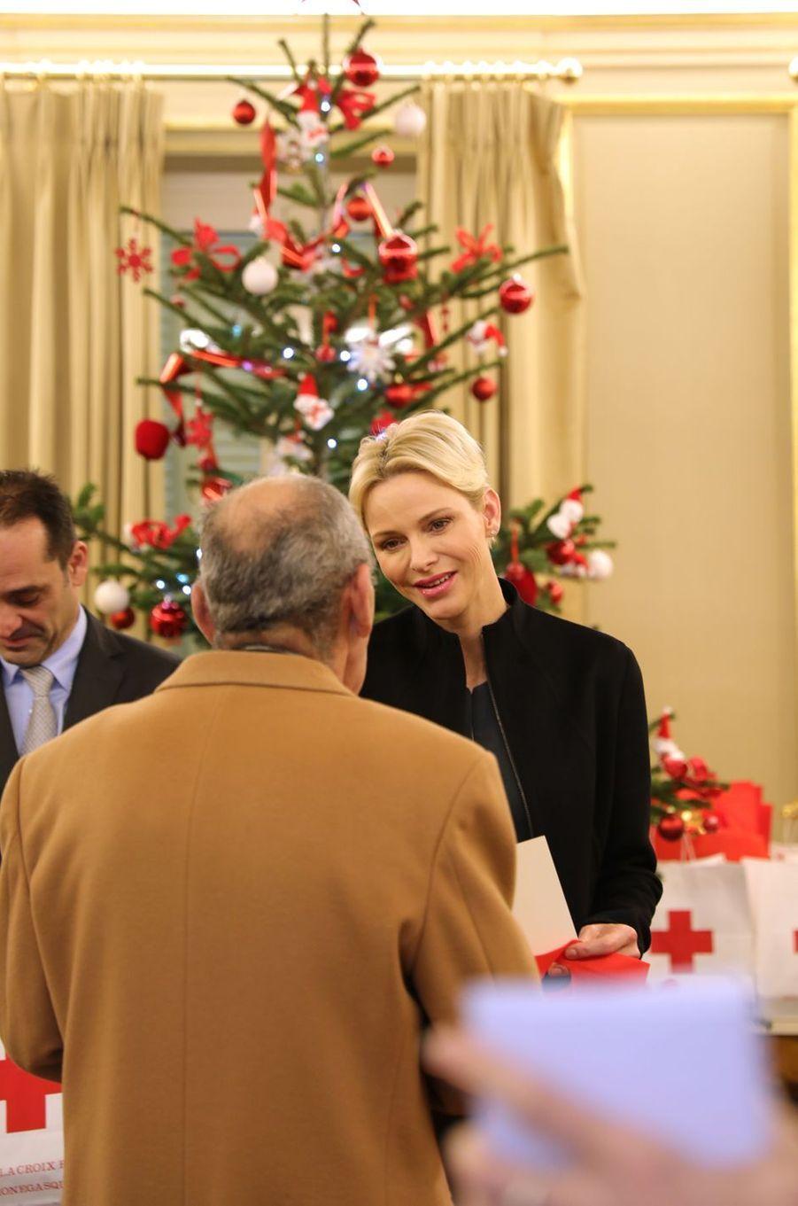 La princesse Charlène de Monaco distribue des cadeaux de Noël aux anciens à Monaco, le 15 décembre 2017