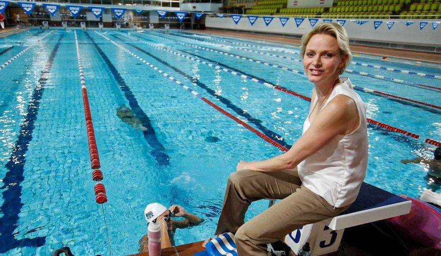 La princesse de Monaco est allée rendre visite aux nageurs de l'équipe nationale de son pays natal, l'Afrique du Sud. L'ancienne championne de natation les a invités sur le rocher afin qu'ils s'entrainent avant les Jeux Olympiques.