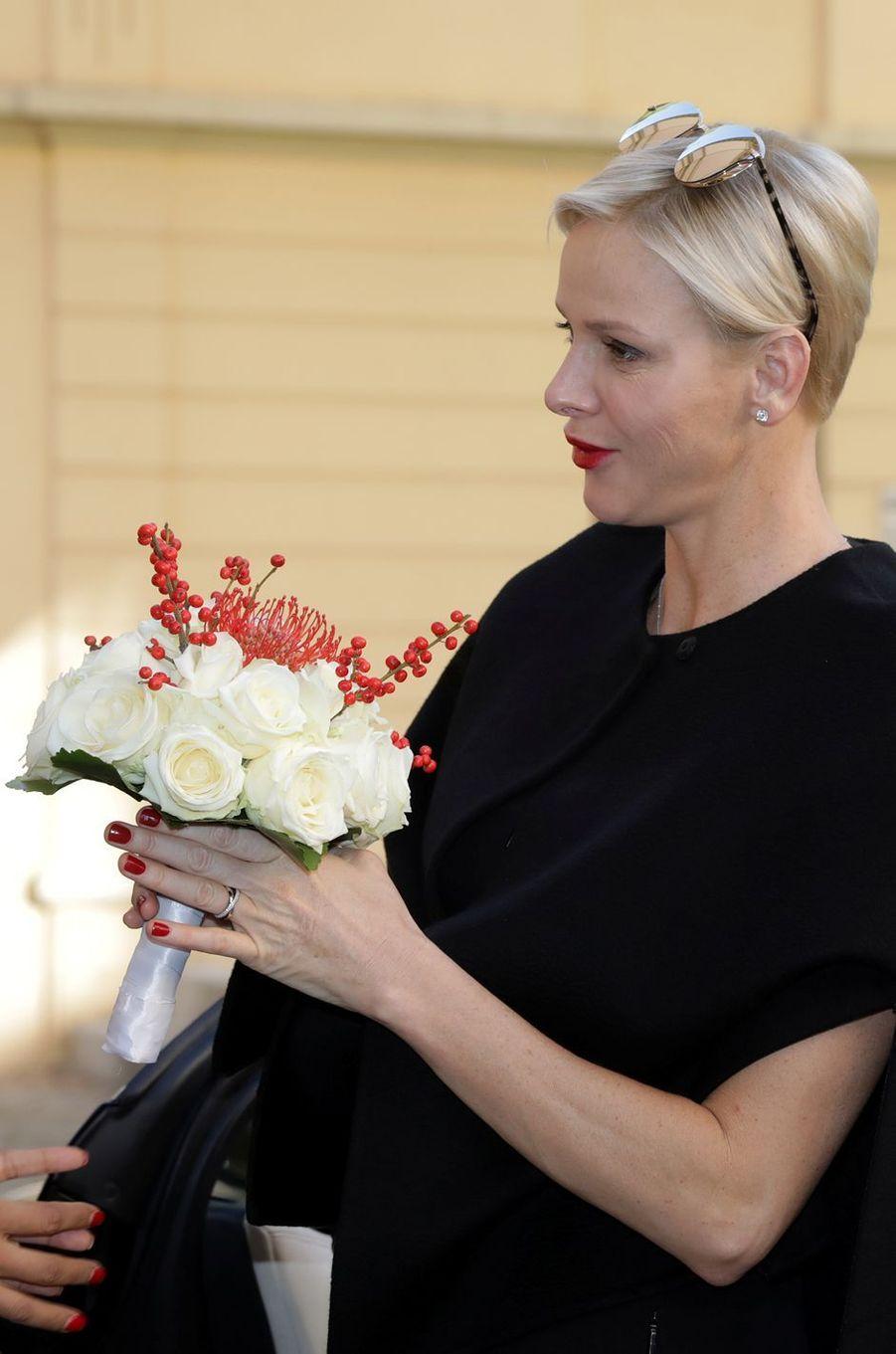 La princesse Charlène de Monaco a reçu un bouquet aux couleurs de Monaco, le 17 novembre 2017