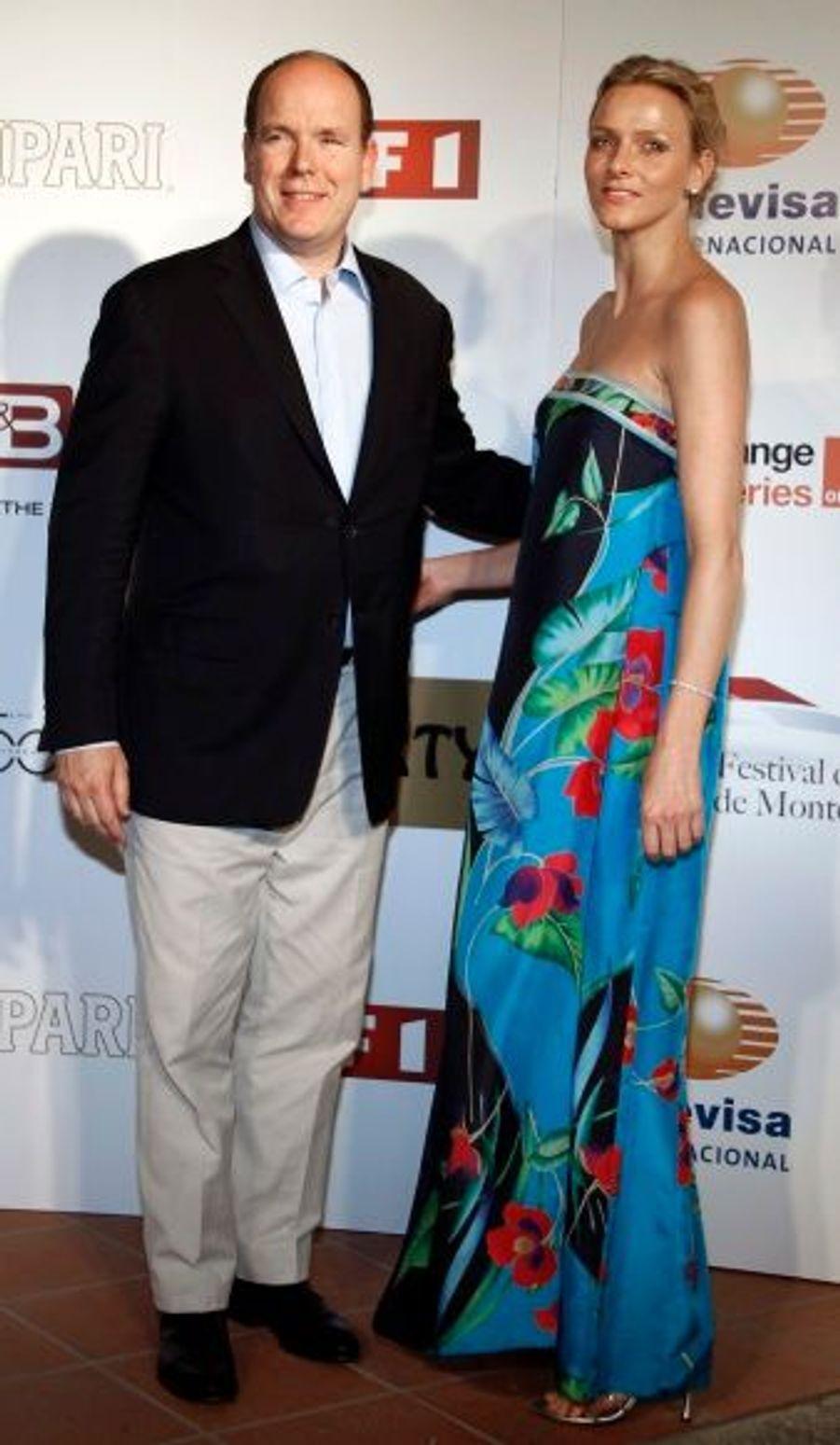 A l' occasion du 50ème anniversaire du Festival de Télévision de Monte Carlo en juin 2010, la future princesse portait une longue robe de mousseline aux motifs floraux. Le style bohème de la robe est apaisé par la coiffure délicatement tirée.