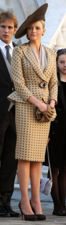 Le jour de la fête nationale monégasque en novembre dernier, Charlene avait opté pour l'élégance d'un tailleur jupe issu de la collection Armani Privé Automne 2010.