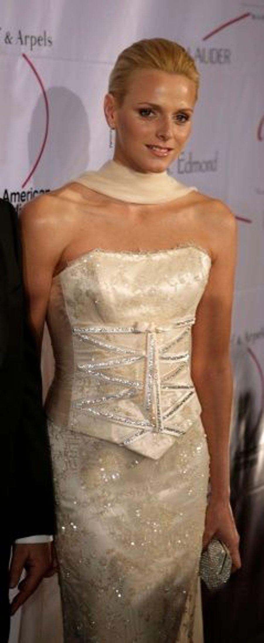 Au 25ème gala de la Fondation Grace Kelly à New York en octobre 2007. Charlene Wittstock était vêtue d'une robe bustier crème, lacée sur le buste et brodée de sequins.