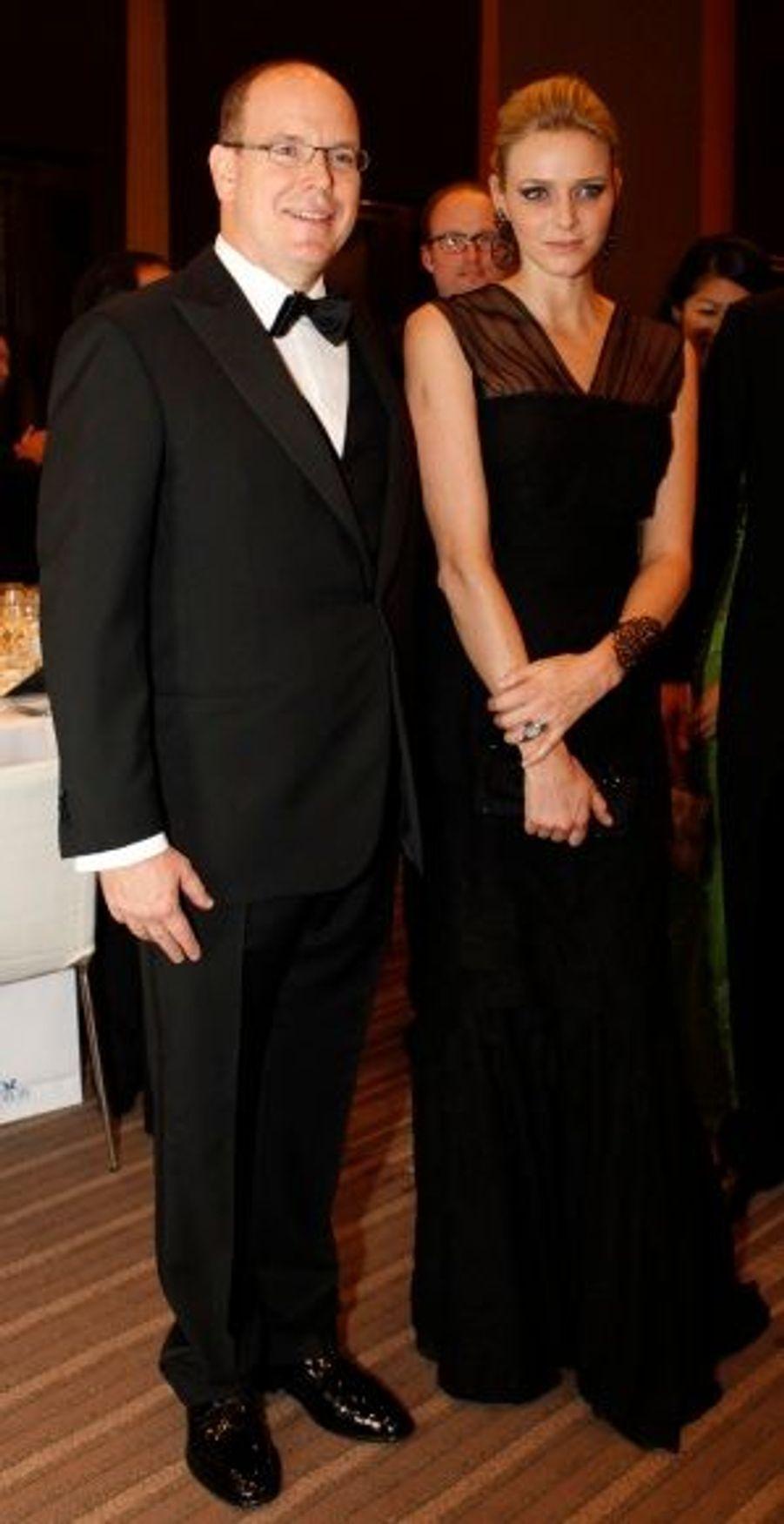 Pour assister au dîner de charité organisé par l'association BirdLife International à Tokyo, la jeune femme resplendissait dans une tenue minimaliste noire, agrémentée d'une mousseline transparente couvrant ses épaules.