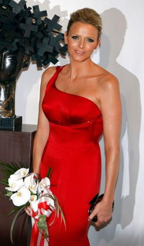 """En juillet 2009, la championne avait assisté au bal de la Croix-Rouge dans une robe fourreau asymétrique rouge. Une forme ajustée qui flatte """"ses superbes épaules"""", dixit Giorgio Armani."""