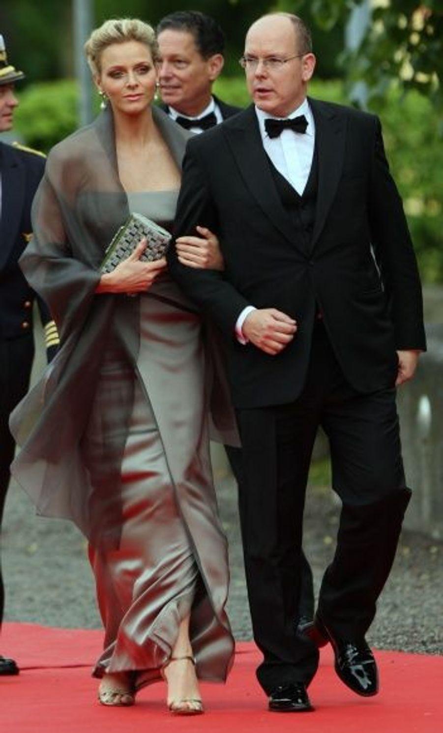 La veille du mariage de la princesse Victoria en juin 2010, le gouvernement suédois avait organisé un dîner de gala au Eric Ericson Hall. Pour sa première apparition depuis l'annonce de ses fiançailles avec le fils du prince Rainier III de Monaco, l'ancienne nageuse portait une robe taupe satinée, sobre et élégante.