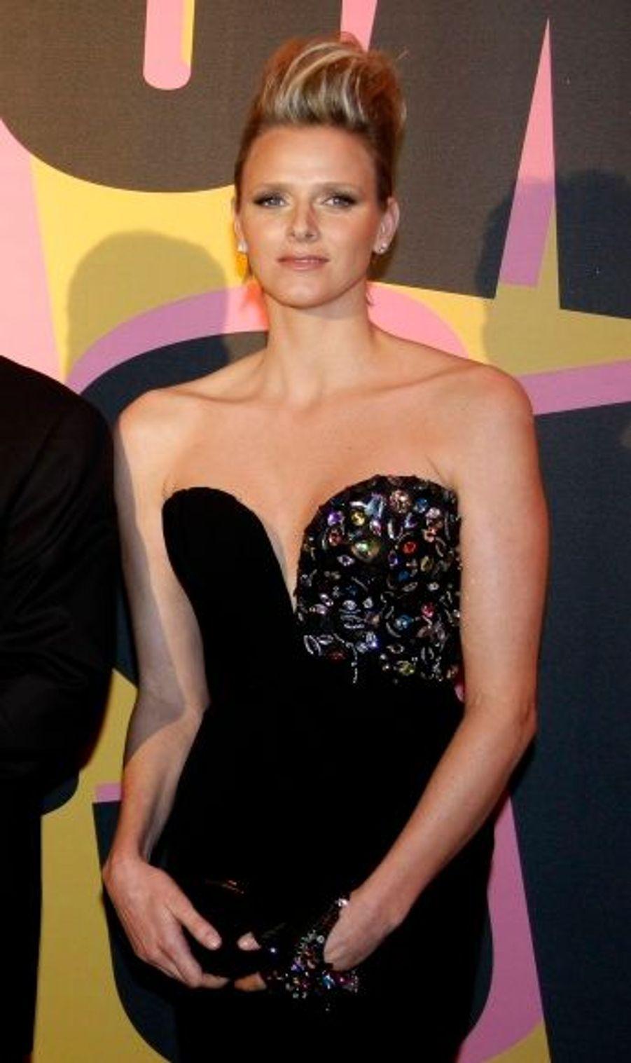 Le style de la fiancée du prince Albert a évolué l'année suivante. Pour assister au bal de la Rose à Monte Carlo, Charlene avait misé sur un élégant bustier brodé de perles colorées Armani, modernisé par une coupe courte coiffée en brosse.