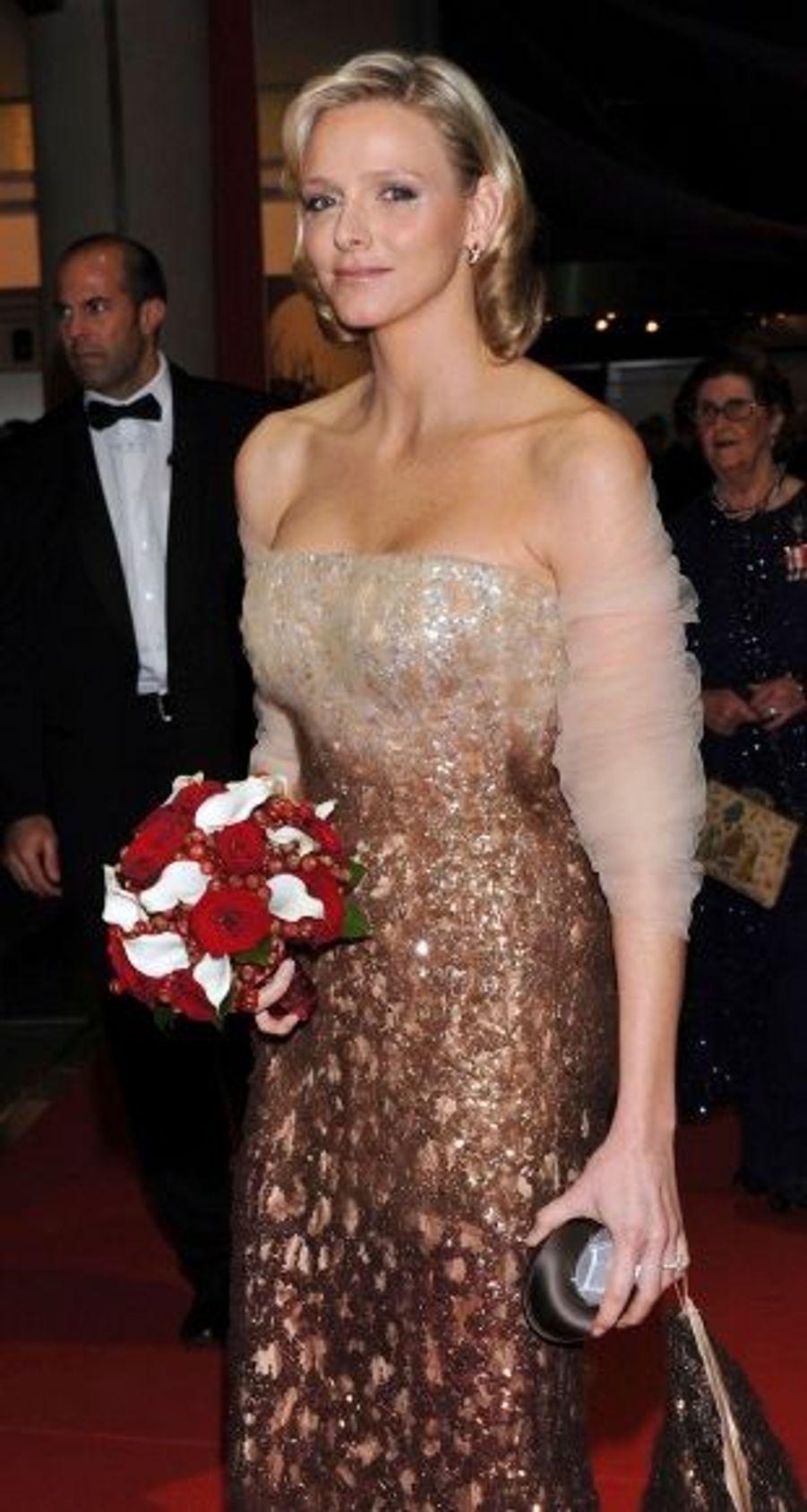 Elle avait également sollicité son couturier fétiche pour le gala organisé dans la soirée, portant une robe longue étincelante mordorée de la collection Armani Privé, adoucie par une étole rosée.