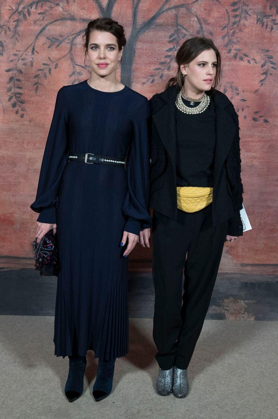 """Charlotte Casiraghi et son amie Juliette Maillot au défilé """"Croisière"""" de Chanel à Paris, le 3 mai 2017"""