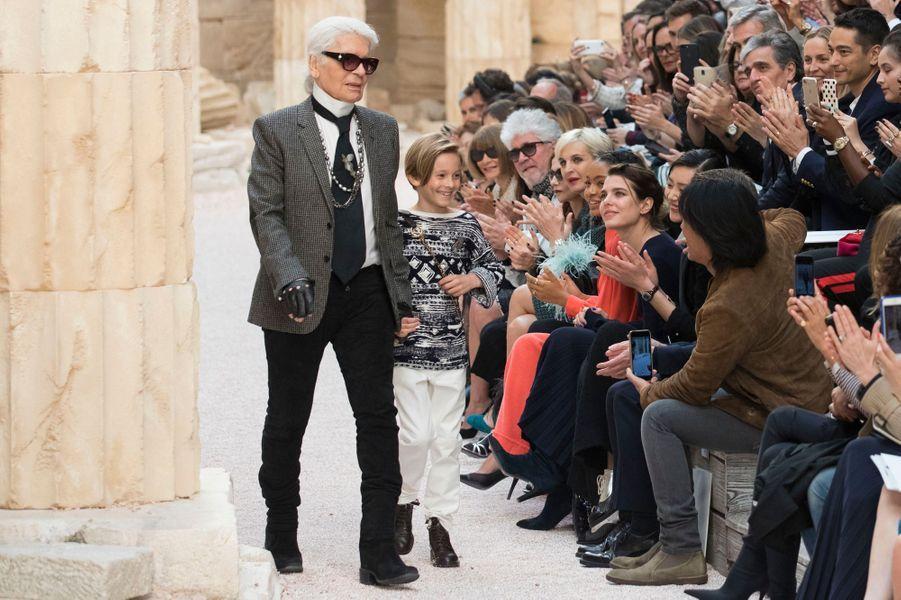 """Charlotte Casiraghi et Karl Lagerfeld au défilé """"Croisière"""" de Chanel à Paris, le 3 mai 2017"""