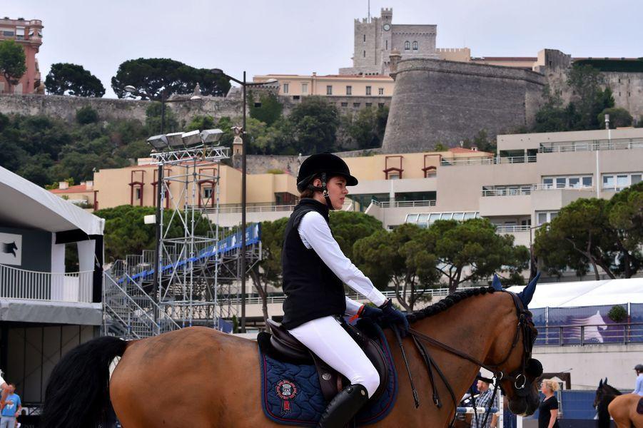 Charlotte Casiraghi chevauche sous le palais princier de Monaco, le 23 juin 2017
