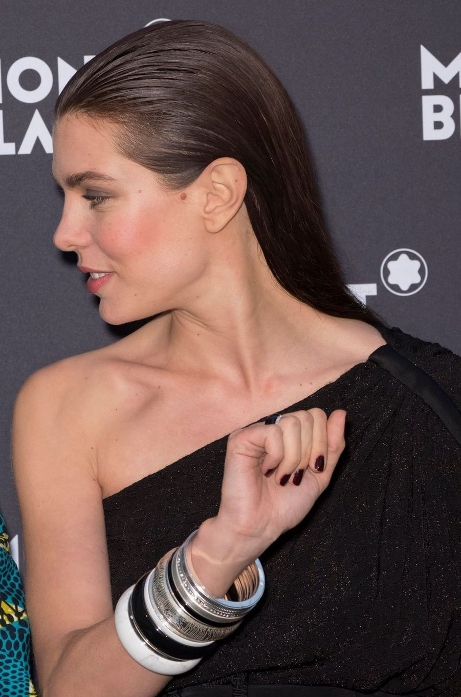 Charlotte Casiraghi arbore des bijoux de sa collection Montblanc, à Cannes le 16 mai 2018