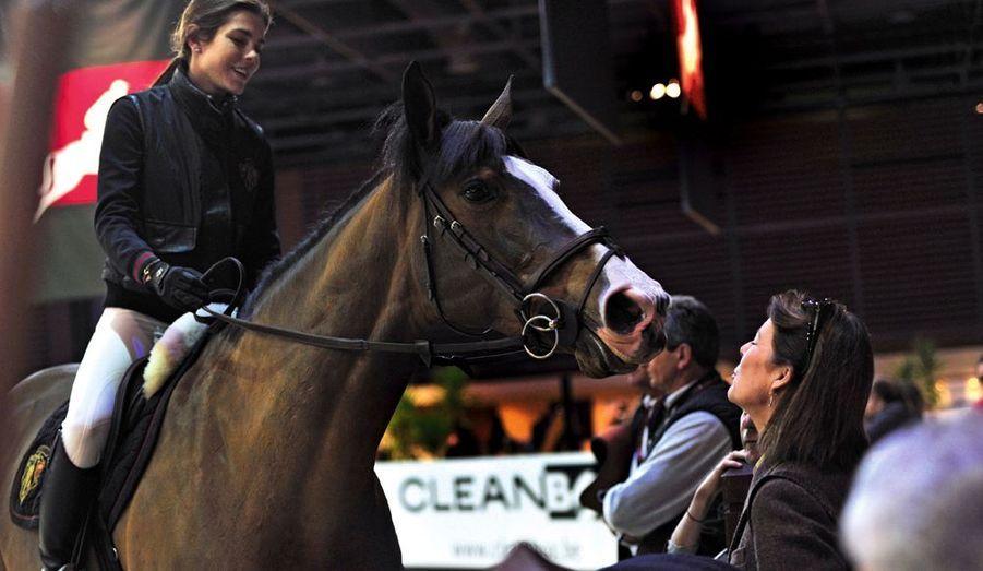 Caroline est la meilleure supportrice de sa fille, et va encourager le cheval d'un petit baiser. Eliminée après le deuxième refus de Carryduff Z, hongre de 11 ans, Charlotte reviendra dépitée.