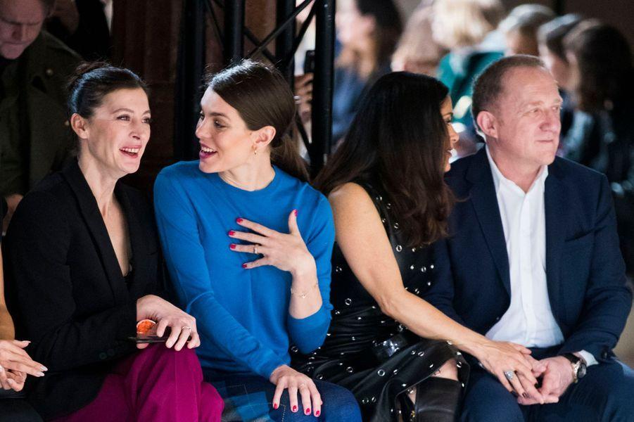 Charlotte Casiraghi, avec Marie-Agnès Gillot, Salma Hayek et François-Henri Pinault, à la Fashion Week à Paris, le 6 mars 2017