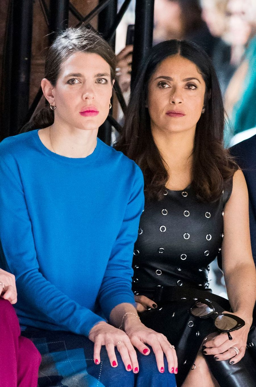Charlotte Casiraghi avec Salma Hayek au défilé Stella McCartney à la Fashion Week à Paris, le 6 mars 2017