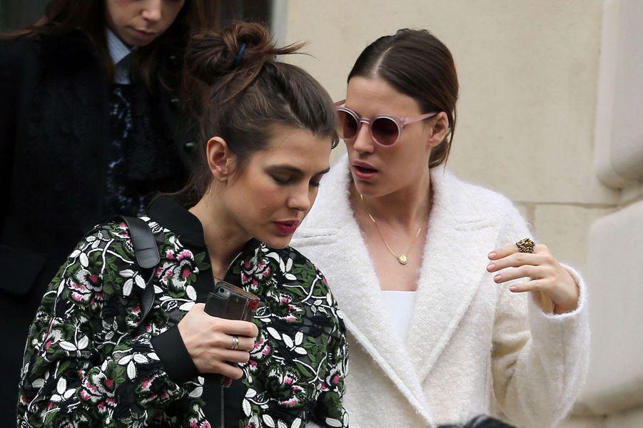 Charlotte Casiraghi avec Juliette Dol à Paris, le 6 mars 2017