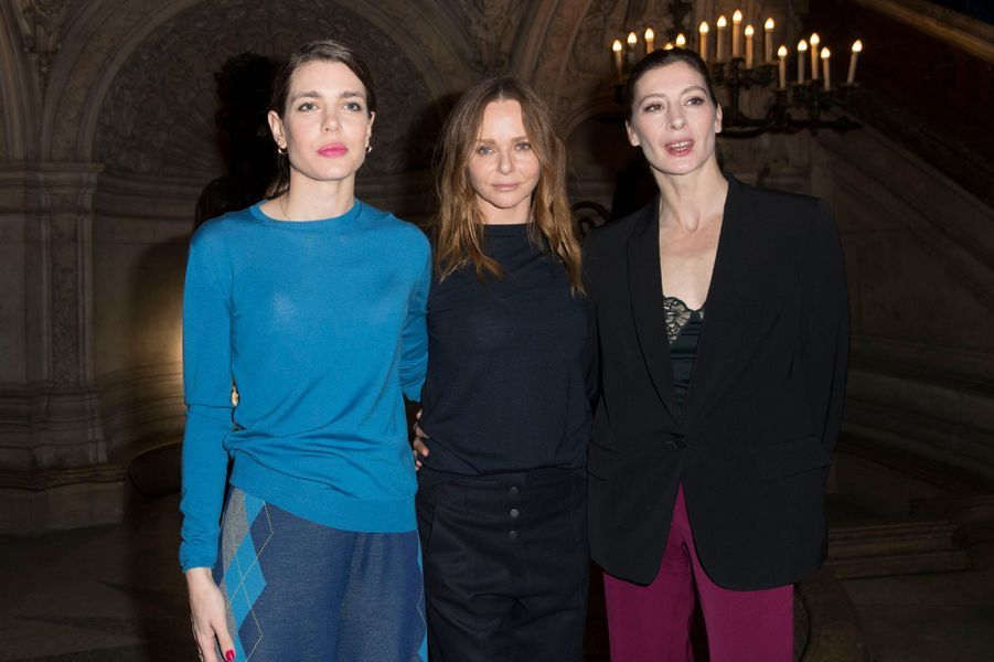 Charlotte Casiraghi avec Stella McCartney et Marie-Agnès Gillot à la Fashion Week à Paris, le 6 mars 2017