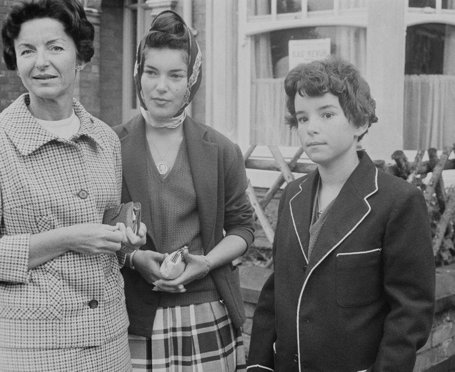 Elizabeth-Ann de Massy avec sa mère la princesse Antoinette de Monaco et sa jeune soeur Christine-Alix, en août 1961