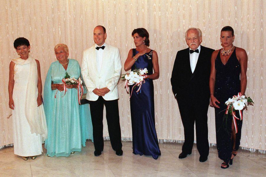Elizabeth-Ann de Massy avec les princesses Antoinette, Caroline et Stéphanie et les princes Rainier III et Albert de Monaco, le 7 août 1998
