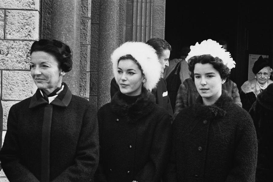 Elizabeth-Ann de Massy avec sa mère la princesse Antoinette de Monaco et sa jeune soeur Christine-Alix, en 1965