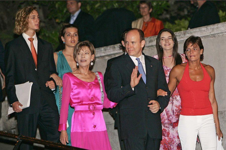Elizabeth-Ann de Massy avec le prince Albert II de Monaco, la princesse Stéphanie, Pierre et Charlotte Casiraghi, le 17 juillet 2005
