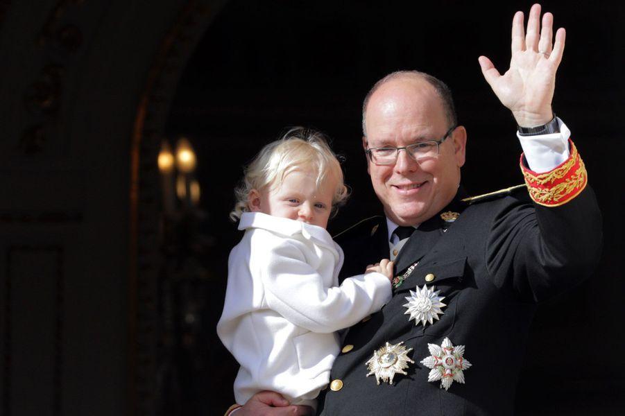 Jacques dans les bras de son père, le prince Albert