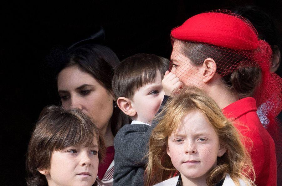 Raphaël Casiraghi, taquin, fait des misères à sa mère Charlotte