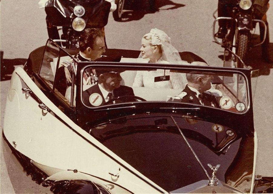 Après la cérémonie des voeux, le couple se rend traditionnellement à Sainte-Dévote. En Rolls, le cadeau des Monégasques à leurs souverains.