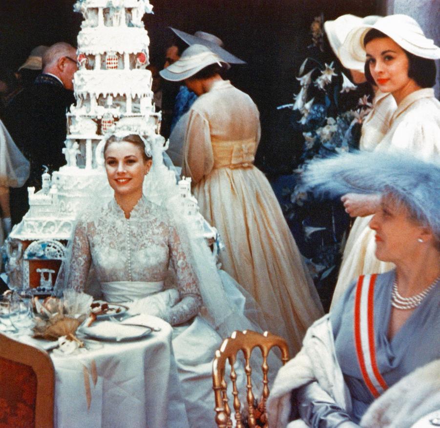 Ballet de capelines autour de la table des mariés dressée dans la cour d'honneur, repeinte à neuf pour l'occasion.