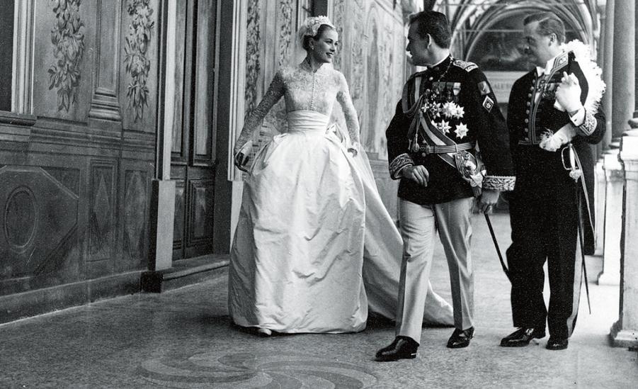 Dans la galerie d'Hercule, le prince Rainier découvre la robe somptueuse : 46 mètres de taffetas, 90 mètres de tulle de soie et 290 mètres de...